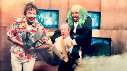 Andrés Bustamante, en su papel de Ponchito, y Víctor Trujillo, como Brozo, solían ser infaltables en las transmisiones deportivas de TV Azteca junto a José Ramón Fernández (Foto: Instagram @joseramonfernandeza)