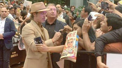 Brad PItt repartió autógrafos y fotogradías a sus fans mexicanos (Foto: Twitter @SonyPicturesMX)