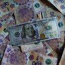 Un billete de cien dólares estadounidenses sobre billetes de 100 pesos argentinos. Foto de archivo Sep 3, 2019. REUTERS/Agustin Marcarian/Illustration
