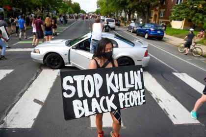 Amy Gee of Minneapolis holds a sign near the scene of the arrest of George Floyd, who later died in police custody, in Minneapolis, Minnesota, USA, 26 May 2020. EFE/EPA/CRAIG LASSIG