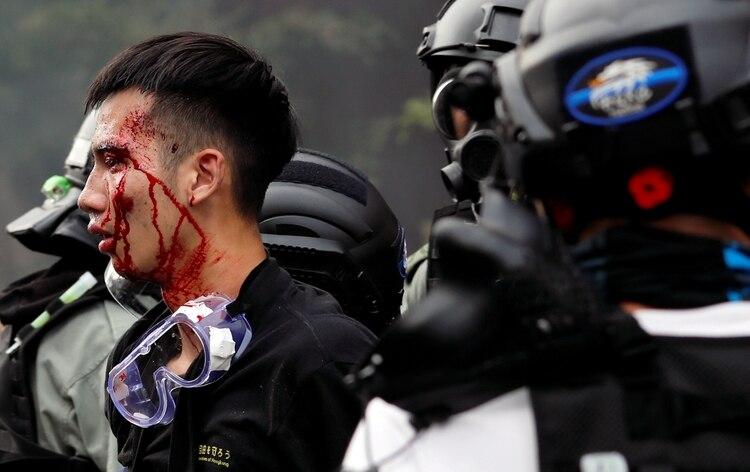 Uno de los manifestantes en el momento de ser detenido por la Policía de Hong Kong (REUTERS/Tyrone Siu)