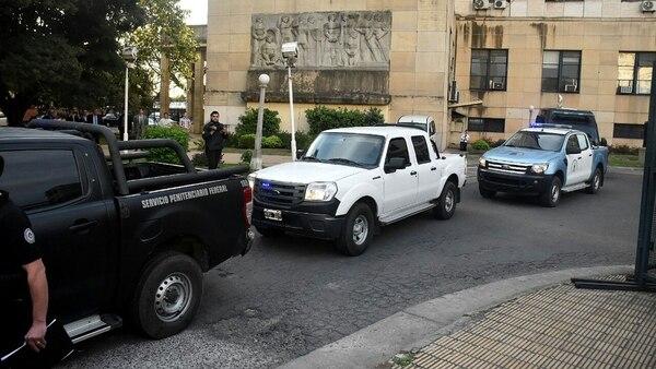 De Vido fue trasladado en esa camioneta blanca del Servicio Penitenciario Federal (Nicolás Stulberg)