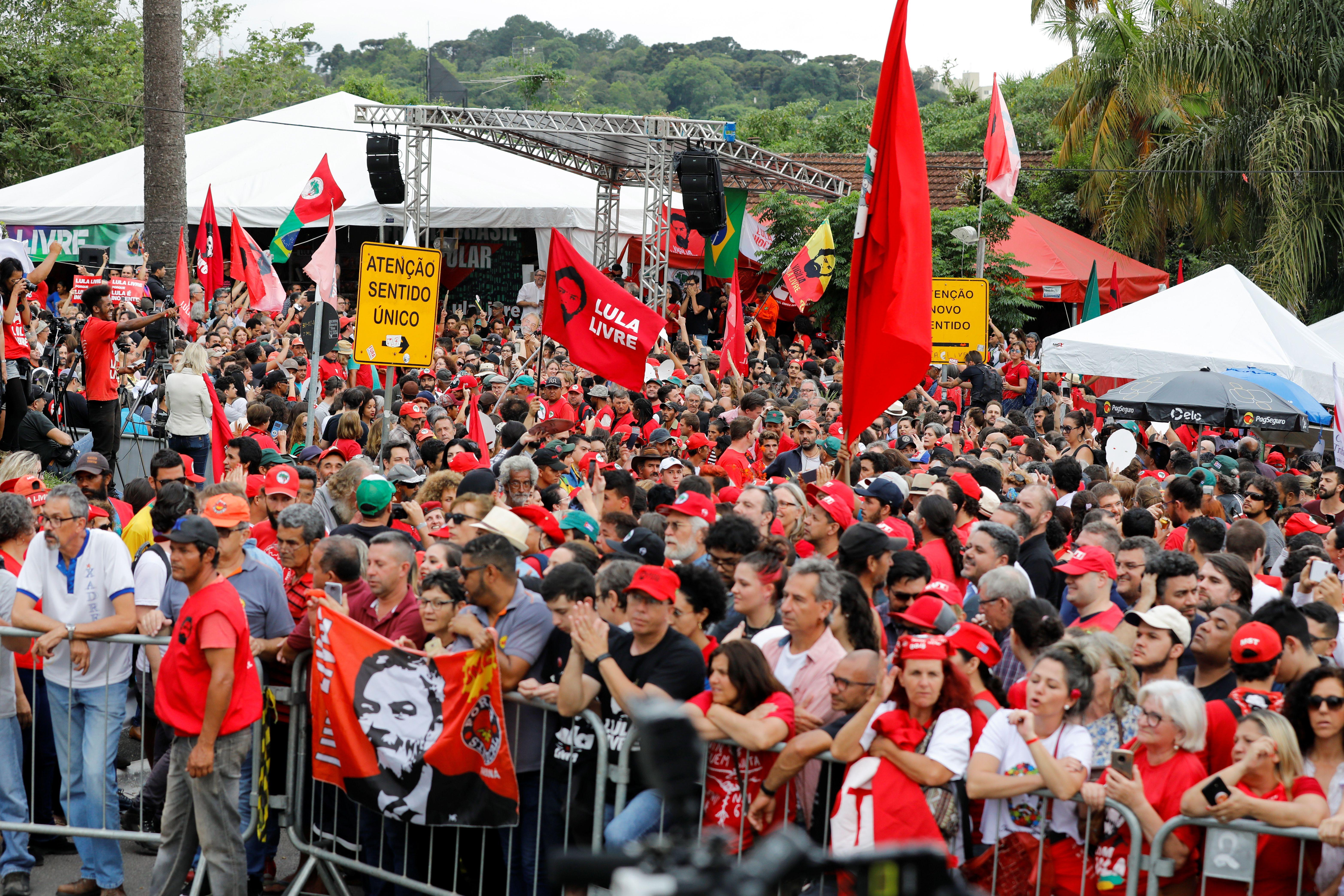 Manifestación de los seguidores de Lula da Silva en la puerta de la sede de la Policía Federal en Curitiba, a la espera de su liberación  (REUTERS/Rodolfo Buhrer)
