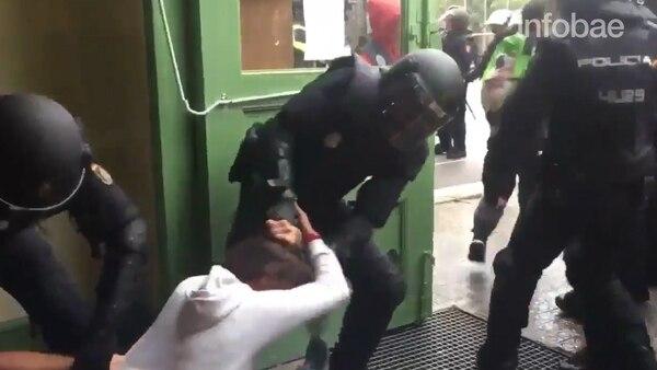 Una de las tantas escenas de represión del día del referéndum