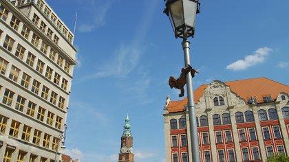 Los diferentes puntos turísticos se encuentran adornados por estas diminutas estatuillas (Getty Images)