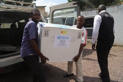 Funcionarios del ministerio de salud descargan una partida de vacunas en Kinshasa (REUTERS/Kenny Katombe/archivo)