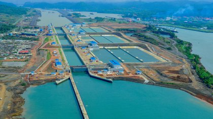 El Canal de Panamá, renovado por allí pasan cientos de buques a diario (EFE)