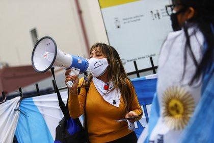 Una protesta de médicos y enfermeros por la falta de recursos en varios hospitales de Buenos Aires. REUTERS/Matias Baglietto