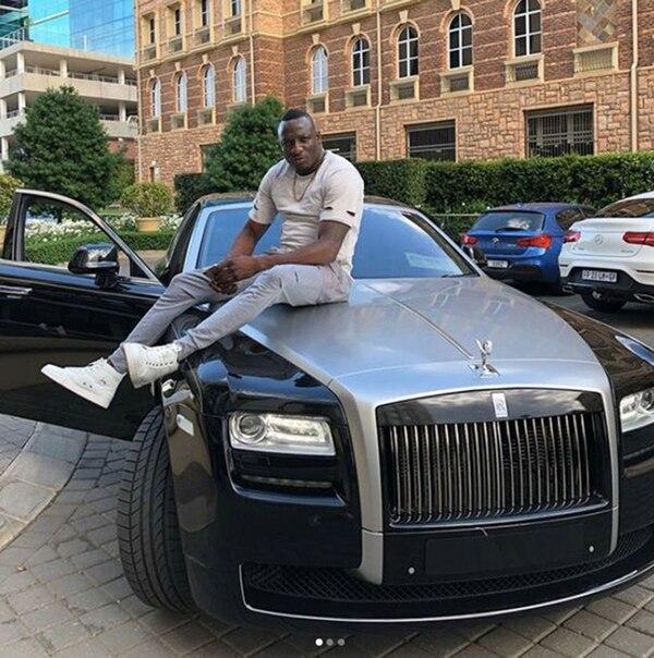 Genius Kadungure sobre un Rolls Royce