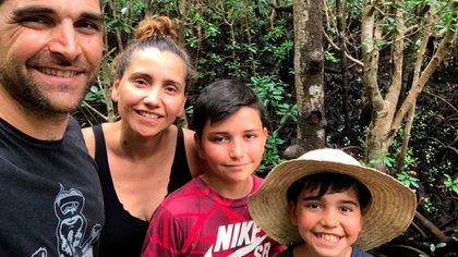 En 2015, Victoria y Julien Hurault (42) dejaron su vida en Argentina para radicarse junto a sus dos hijos, Mateo (10) y Benjamín (13), en Francia. Al sur del país, en la ciudad de Clermont L'Hérault, construyeron el hostel Mas de Font Chaude, donde reciben viajeros de todo el mundo.