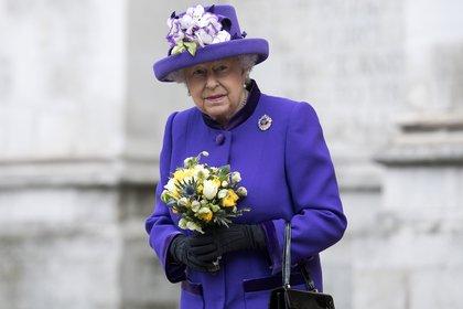 La reina Isabel II siempre sorprende con sus arriesgados colores a la hora de vestirse