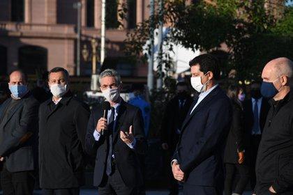 """El ministro de Transporte, Mario Meoni, con el micrófono. A su derecha, """"Wado"""" De Pedro y Horacio Rodríguez Larreta (Maximiliano Luna)"""