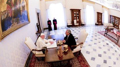 Francisco y Alberto Fernández durante su reunión en el Vaticano. (Presidencia)