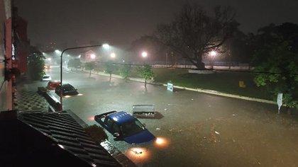 La avenida Bernabé Aráoz, tapada por el agua