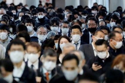 FOTO DE ARCHIVO: Personas con mascarilla se dirigen a la estación de Shinagawa en Tokio, Japón, el 13 de noviembre de 2020. REUTERS/Kim Kyung-Hoon