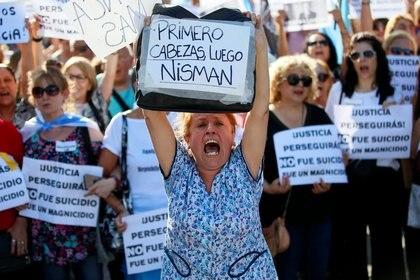 """""""Primero Cabezas, luego Nisman"""" reza uno de los carteles de quienes participaron del acto"""