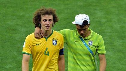 Una imagen histórica: el capitán David Luiz se va llorando luego de perder 7-1 ante Alemania en el Mundial (Foto: AFP)
