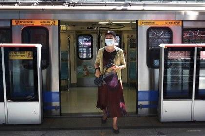 Una pasajera usa una máscara facial como precaución obligatoria para viajar en transporte público en medio del brote de coronavirus en una estación de metro en Taipei en Taiwán (Reuters)