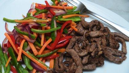 Para la cena, es ideal combinar proteínas con vegetales (Matías Arbotto)