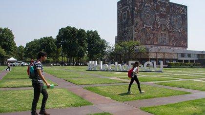 CIUDAD DE MÉXICO, 20MAYO2019.- Cientos de alumnos  de la Universidad Autónoma de México, regresaron a clases la mañana de este lunes, luego de cuatro días de contingencia ambiental extraordinaria y dos de suspensión de clases debido a la mala calidad en el aire de la ciudad. FOTO: ROGELIO MORALES /CUARTOSCURO.COM