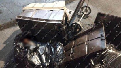 """Fue arrestado por policías capitalinos cuando transportaba dos cuerpos mutilados en una carretilla, mejor conocida como """"diablito"""", el calles del Centro Histórico de la Ciudad de México (Foto: Twitter/@c4jimenez)"""