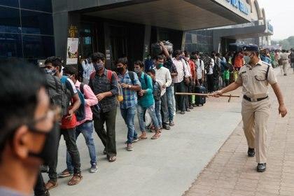 Filas en la estación de Mumbai (Reuters)