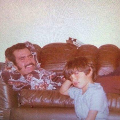 Alejandro de niño, junto a su padre, Vicente Fernández (Instagram: alexoficial)