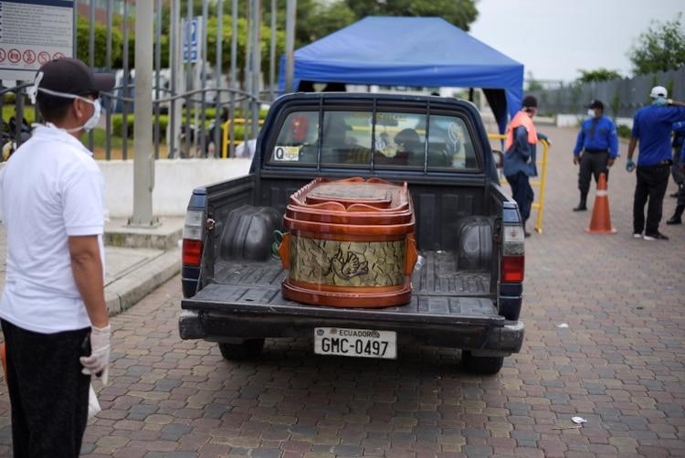 Un ataúd es trasladado por una camioneta en Guayaquil, Ecuador (REUTERS/Vicente Gaibor del Pino)