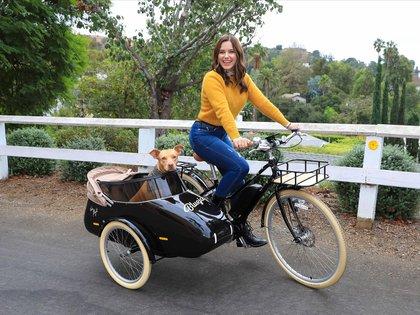 Sophia Bush paseó a su perrita, Maggie,  por las calles de Los Ángeles a bordo de su bicicleta eléctrica. La actriz eligió un look casual: jean, sweater amarillo y borcegos negros. Además, llevó un pañuelo en su garganta