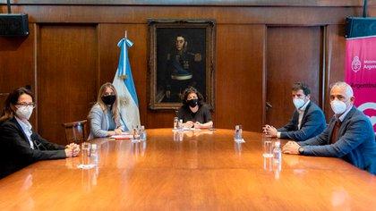 Vizzotti y Nicolini junto al presidente de AstraZeneca, Agustín Lamas, Germán de la Llave y Verónica Aguilar