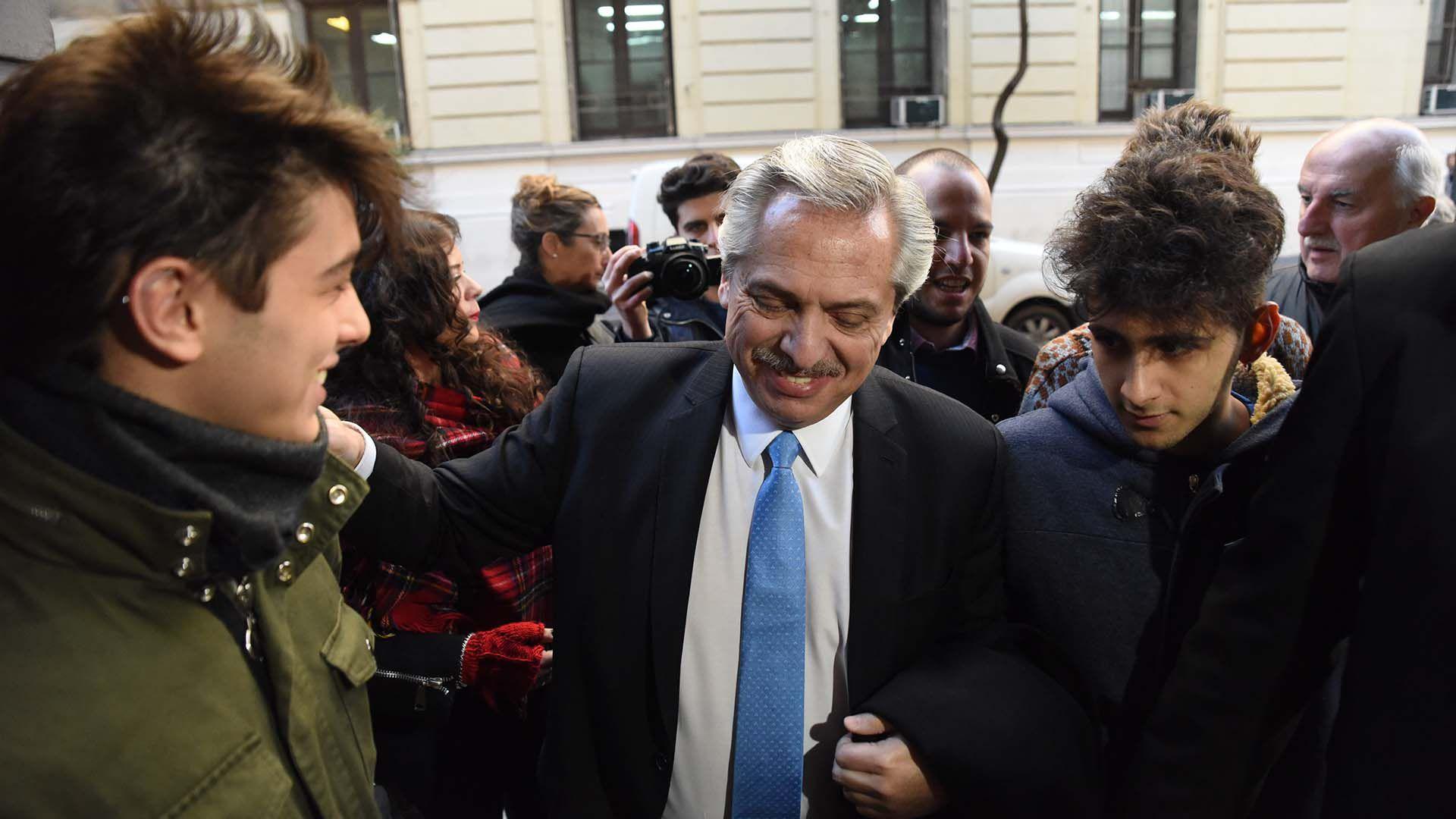 Alberto Fernández en el ingreso a sus oficinas de San Telmo (Foto: Franco Fafasuli)