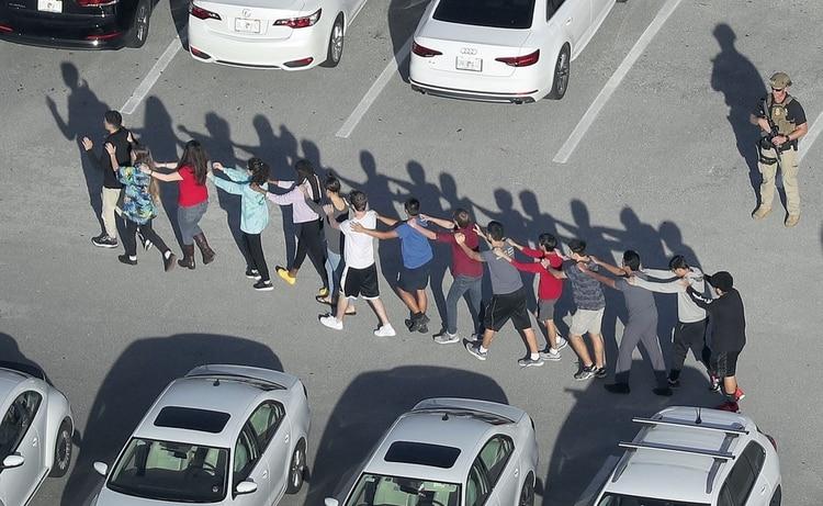 Evacuación de alumnos durante un tiroteo en una escuela de Florida