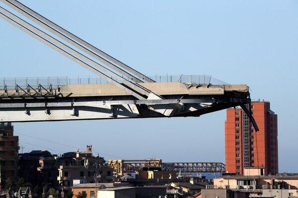 El siniestro ocurrió en torno a las 12.00 hora local (10.00 GMT) del martes, cuando un tramo de unos cien metros del puente Morandi, que tiene un kilómetro de longitud y una altura de 90 metros, se vino abajo y sepultó bajo los escombros a varios vehículos (Reuters)