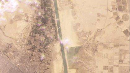 Esta imagen satelital muestra el carguero MV Ever Given atrapado en el Canal de Suez cerca de Suez, Egipto (Planet Labs Inc. a través de AP)