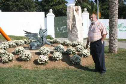 El padre de Klara en el parque el Barrero, donde asesinaron a su hija. En el lugar del crimen se construyó un unicornio, como los que la joven de 16 años dibujaba en sus cuadernos