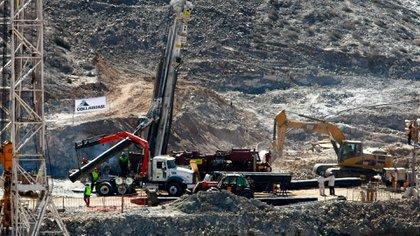 """Los familiares y las municipalidades de Copiapó, Vallenar, Tierra Amarilla y Caldera montaron un improvisado campamente a la vera de la mina. Lo llamaron """"El Campamento Esperanza"""" (Getty)"""
