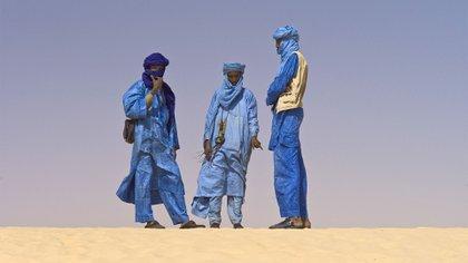 Un grupo de hombres tuareg en el desierto de Mali