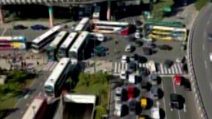 Choferes de micros de larga distancia protestan en distintos puntos del país contra las nuevas restricciones - Infobae