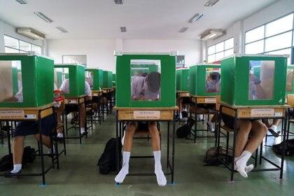 Estudiantes en Tailandia retomaron las clases a pesar de la pandemia, con los cuidados necesarios - REUTERS/Athit Perawongmetha