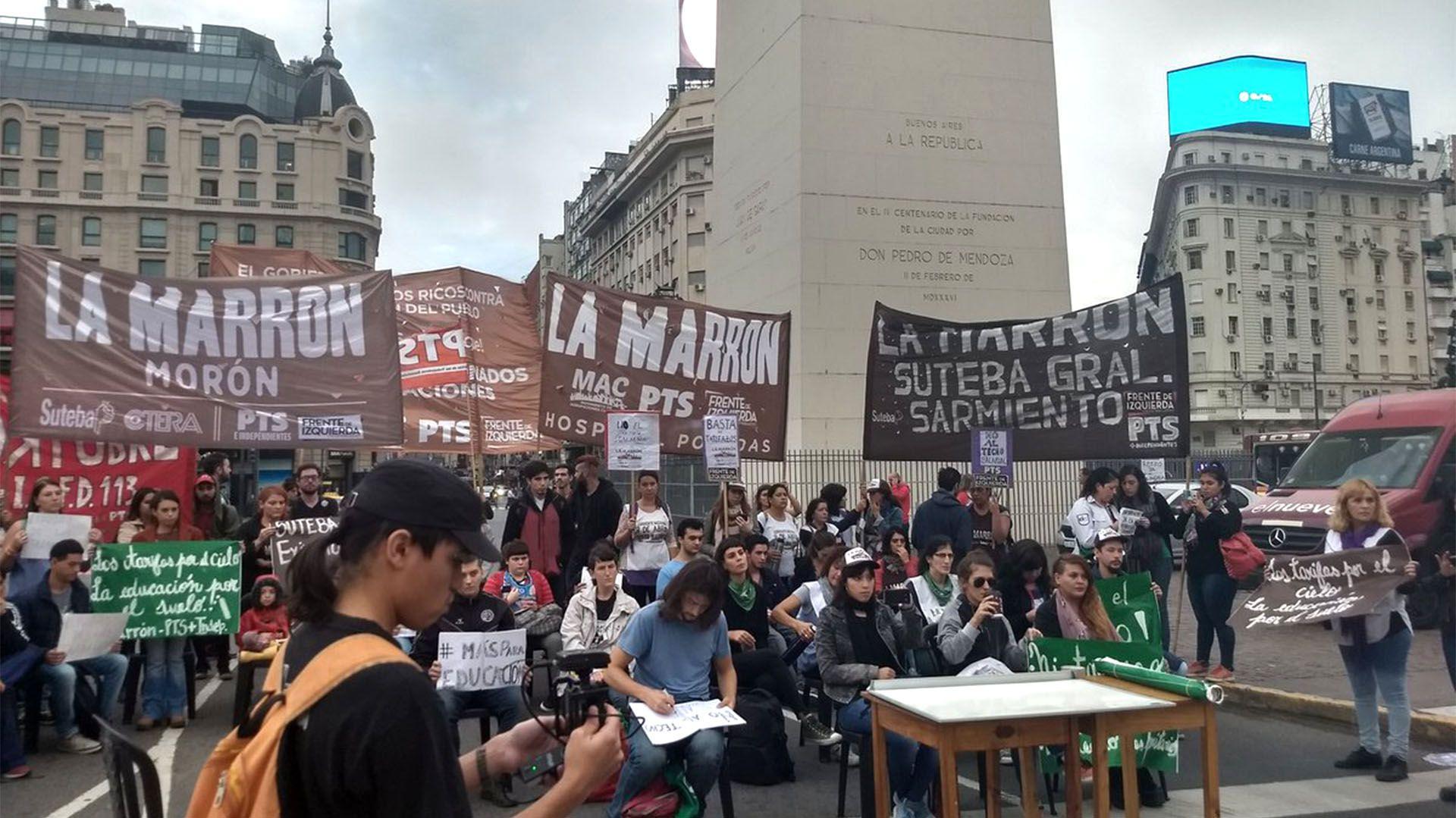 Temprano, los docentes se instalaron frente al Obelisco (foto: @PTSPrensa)