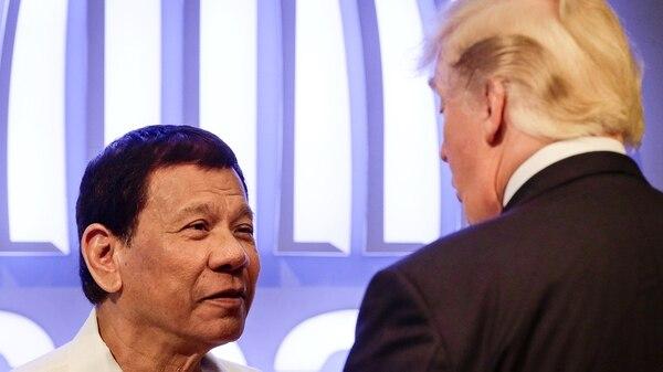 Rodrigo Duterte habla con Trump antes de la ceremonia de apertura de la cumbre del ASEANenManila(REUTERS/Mark R. Cristino/Pool)
