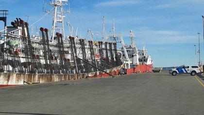 Cuando un pesquero es autorizado a ingresar a puerto contaminado por COVID, su tripulación es confinada con custodia policial e imposibilidad de comunicarse con el exterior