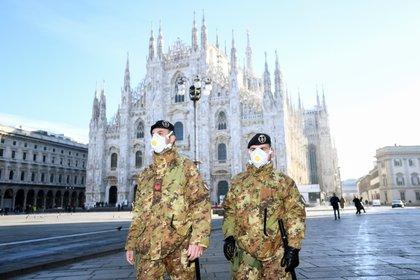 Militares con barbijos frente al Duomo de Milán (REUTERS/Flavio Lo Scalzo)