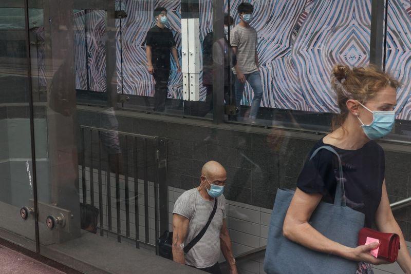 FOTO DE ARCHIVO: Varias personas con mascarilla caminan por una calle de Sídney, Australia. 6 de enero de 2021.  REUTERS/Loren Elliott