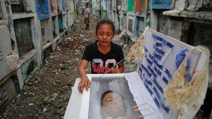 Una niña llora a su padre asesinado por la policía de Filipinas (Reuters)