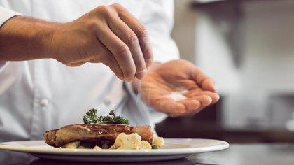 Es costumbre salar la comida sin antes haberla probado (Shutterstock)