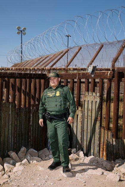"""""""Nosotros como agentes estamos viviendo la crisis"""", dijo Anthony García, agente de la Patrulla Fronteriza en el sur de California desde 2003."""