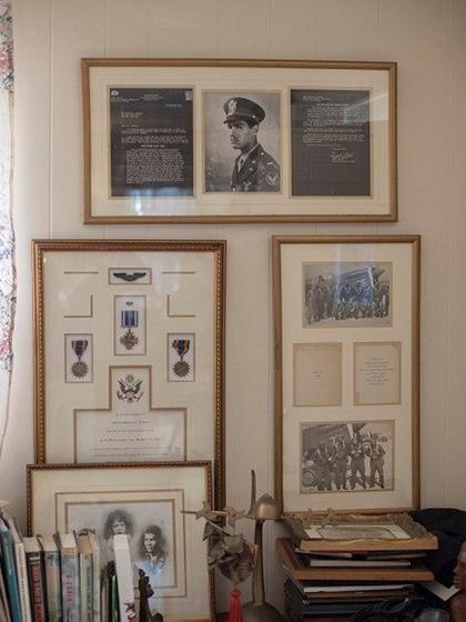 El rincón que Marla Lawrence Dickson Andrews dedicó a su padre, desaparecido en acción durante la Segunda Guerra Mundial. Hoy podrá reencontrarse con sus restos (Getty)