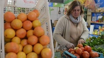 """""""Si pudiéramos comer alimentos locales, basados en plantas y en alimentos reales de estación, podríamos comer mejor y más barato"""", afirma Soledad Barruti. Foto: Fernando Calzada."""
