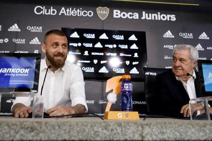 Daniele De Rossi se despide en conferencia de prensa junto al presidente Jorge Ameal (REUTERS/Matias Baglietto)